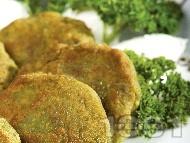 Рецепта Пържени спаначени кюфтенца с овесени ядки, лук, яйца и галета